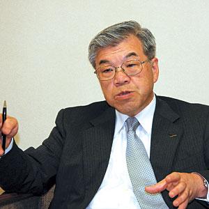 ウシロシンジ 1971年早稲田大学教育学部卒業。1981年、村田製作所に入社し、海外営業部販売課に配属。1987年に村田有限公司香港に出向。1991年に本社海外企画管理部に所属後、1993年に企画グループ企画2部次長に就任。1994年には欧州法人MurataEuropeのManagementVicePresidentに就任。2003年から本社に戻り執行役員営業本部副本部長、2005年2月には本部長(現職)に就任。また、2005年7月に上席執行役員、2007年7月から常務執行役員(現職)に就任している。