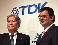 写真1 TDK社長の上釜健宏氏(左)とEPCOS社社長兼CEOのGerhardPegam氏
