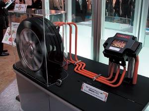 写真1 Hybrid-Pair型インバータの展示(東芝)