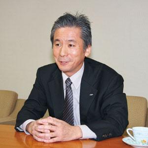 カトウ・ヨシアキ 1977年、トヨタ自動車に入社、エンジン制御など電子分野の開発設計を担当。1995年、トヨタテクニカルセンターU.S.Aのジェネラルマネージャ。2001年に第1電子技術部長。2003年には商品開発本部に移り、コンパクトカーやSUVの製品企画を担当。2006年にアイシン精機に移籍し、先行開発を中心に担当。