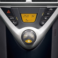 写真3 オートエアコンの操作スイッチ(提供:トヨタ自動車)写真では風量の部分が点灯しているので、回転トグルを回すと風量を制御できる