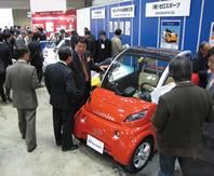 写真1 カーエレ展の小型電気自動車の展示コーナー