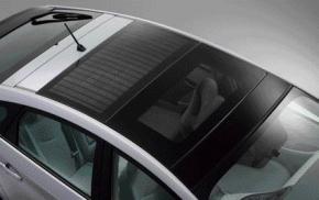 写真6太陽電池を設置したルーフ部(提供:トヨタ自動車)