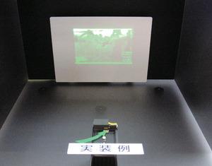 写真1 MEMSミラーと緑色レーザーを使ったプロジェクタのデモ