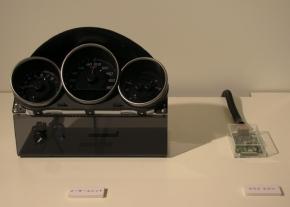 写真3ACCシステムのECU(右)とメーターシステム