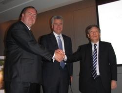 写真1 提携を発表する3社の代表者