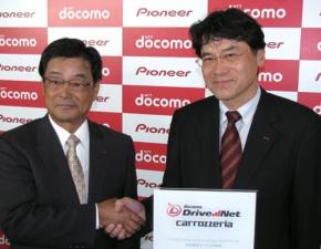 写真1NTTドコモの辻村清行氏(右)とパイオニアの小谷進氏