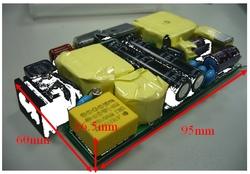 写真1 小型ACアダプタ向けの品種を用いて試作した電源ボード