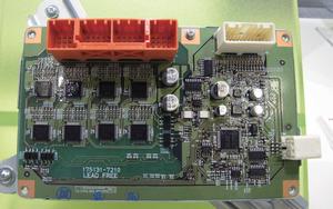 写真8プリウスα3列シート車の電池管理用ECU