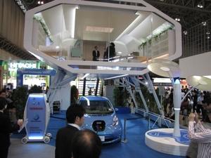 図1 未来型スマートハウス「NSH-2012」と「リーフ」