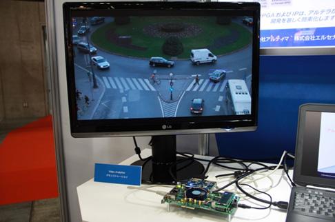 写真3:MVE IPを実装したCyclone IV で、交差点における交通監視を行うデモの模様