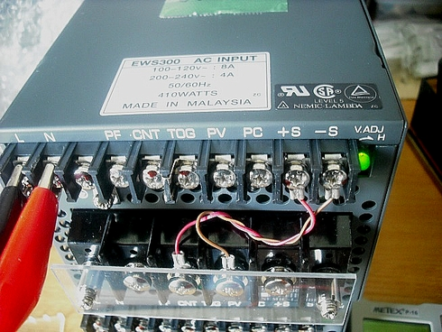 図1 修理を依頼されたDC電源(修理完了後)