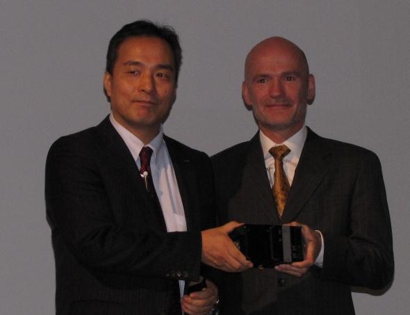 「Sysmac NJシリーズ」を持つオムロンの山崎眞哉氏(左)とIntelのSteenman氏