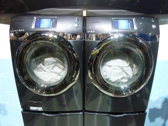 図1 スマートフォンで操作できる洗濯機(左)と乾燥機
