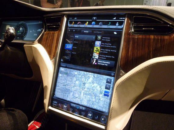 Model Sの車内
