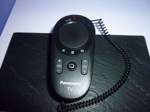 図2 パナソニックが展示したタッチパッド付きリモコン
