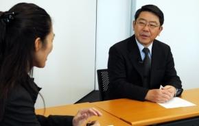 対談にのぞむ日立オートモーティブシステムズの篠崎雅継氏
