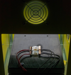 人工太陽灯の下で、色素増感太陽電池の試験を行っている様子