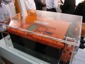 タイコエレが開発中のコネクタを使って締結した電池パック