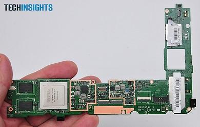 メインボードの表面にはアプリケーションプロセッサをはじめとする主要部品が実装されている