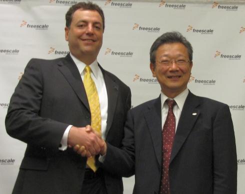 フリースケール・セミコンダクタ・ジャパンのデイビッド M.ユーゼ氏(左)とアルプス電気の天岸義忠氏