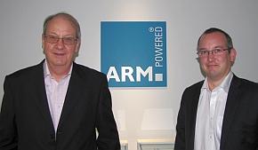 「ARMv8-R」の開発を担当しているARMのChristopher Turner氏(左)とSimon Craske氏