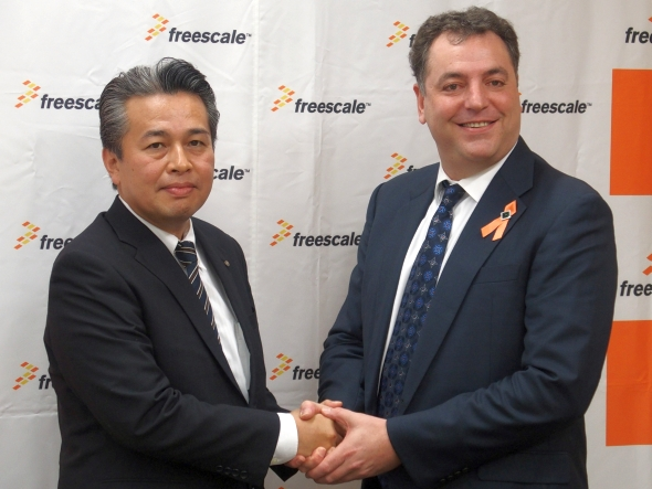 フリースケール・セミコンダクタ・ジャパンのデイビッド M.ユーゼ氏(右)とアルプス電気の泉英男氏