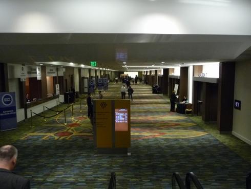 地下1階の廊下の突き当たりにあるエスカレーターを降りる途中