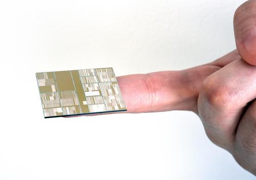 IBMが試作した7nmチップの外観
