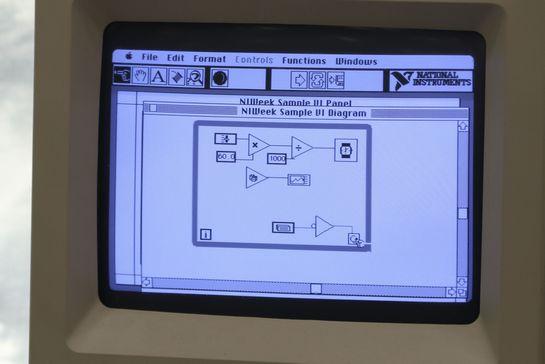 IWeek 2016の展示コーナーに、Macintosh SEで動いている「LabVIEW 1.0」が置いてあった