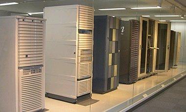 各社の主力サーバ、ストレージがずらりと並ぶ、IBM機はこの後ろの見えない位置に設置されている