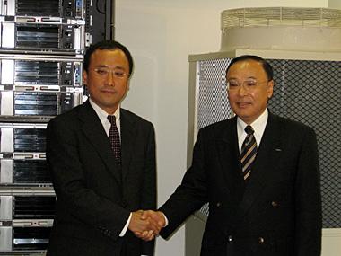 共同発表を行った、日本IBMの執行役員ITS事業担当・吉崎敏文氏(左)と三洋電機の専務執行役員コマーシャルグループ長・菅晃氏