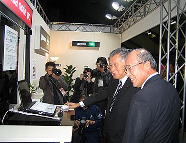 森喜朗元首相も実際に製品を手に取って体験