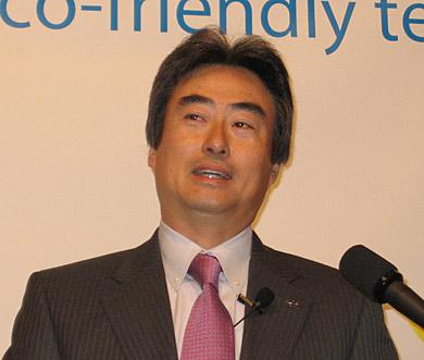 2007年の決算を報告する吉田和正共同社長