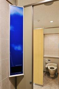 女子トイレのデジタルサイネージ1