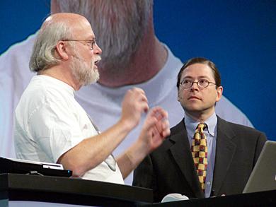 基調講演で新技術を語るJavaの生みの親、ジェームズ・ゴスリング氏(左)と、社長兼CEOのジョナサン・シュワルツ氏