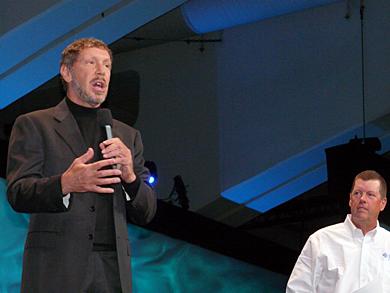 初日の基調講演の最後にはOracleのCEOであるラリー・エリソン氏(左)が登場。複雑な表情を浮かべるSunの創業者、米Sunのスコット・マクニーリー会長