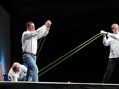 ジェームズ・ゴスリング氏(中央)による恒例のTシャツ飛ばしが行われた
