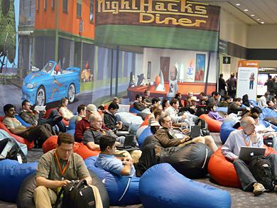 会場に並べられたソファーでくつろぐ参加者たち