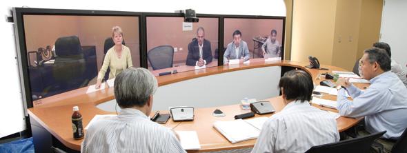 テレプレゼンスを使用した武田薬品の経営トップによるグローバルミーティング