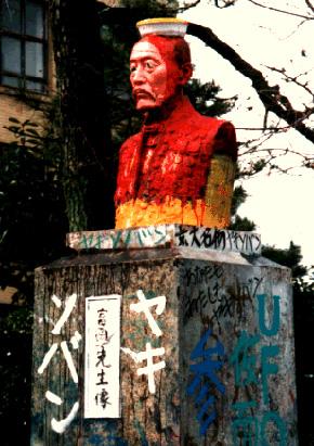 ヤキソバンに変身した折田先生像