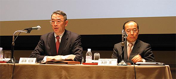 会見に臨むNECの矢野薫社長(右)と遠藤信博次期社長