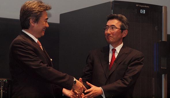 握手を交わす日本HP小出社長とインテル吉田社長