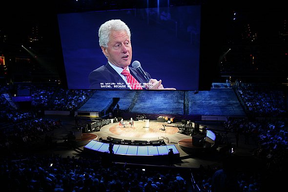 ビル・クリントン氏は「世界の半分は人類の進歩に参加できていない」とコメント