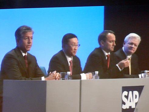 左からSAPのビル・マクダーモット共同CEO、Sybaseのジョン・チェンCEO、SAPのジム・ハガマン・スナーベ共同CEO、同アジア・パシフィック・ジャパン プレジデントのスティーブ・ワッツ氏