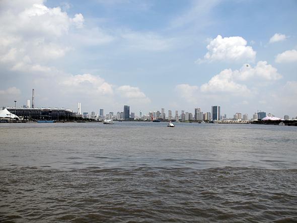 上海の中心部を流れる黄浦江から都心を望む。向かって右岸が国家館エリア、左岸が産業館エリア