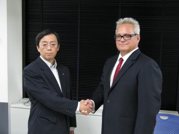 戦略的協業の発表会見を行った富士通の新田将人ミドルウェア事業本部長(左)とCA Technologies日本法人のバスター・ブラウン社長