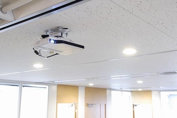 会議室前の共有スペース天井に設置されたカシオのグリーンスリムプロジェクター