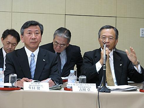 記者会見で質疑応答に臨む富士通の生貝健二副社長(左)と富士通マーケティングの古川章社長