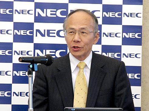 会見に臨むNEC取締役執行役員常務ITサービスビジネスユニット長の富山卓二氏
